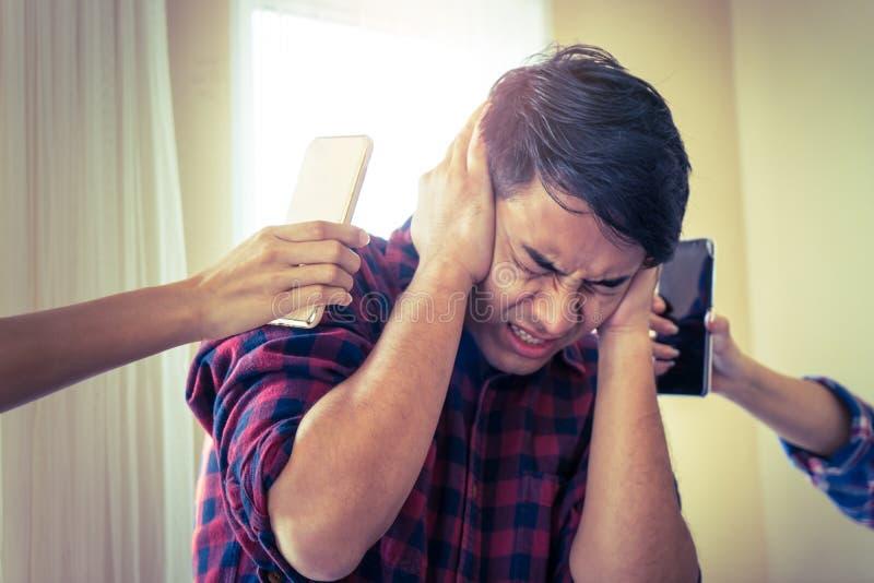 Varón casual ejercido presión sobre asustado del sonido del smartphone fotografía de archivo