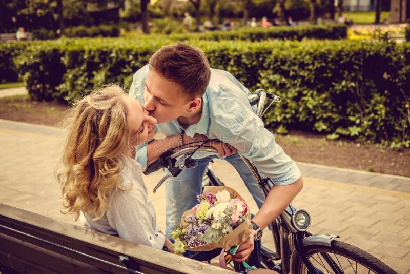 Varón casual que besa a la hembra rubia foto de archivo libre de regalías