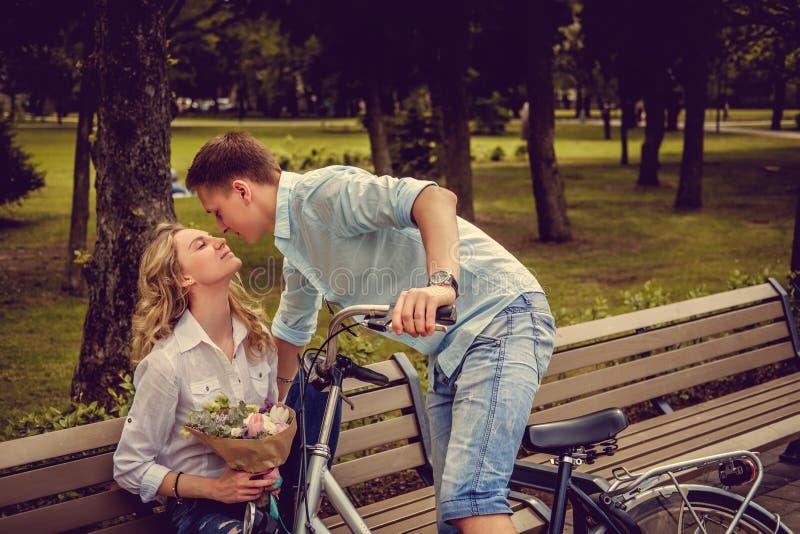 Varón casual que besa a la hembra rubia imagen de archivo