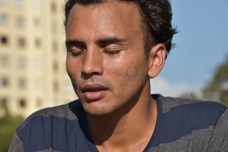 Varón colombiano joven soñoliento foto de archivo