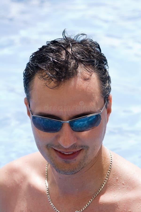 Varón con estilo con las gafas de sol fotos de archivo