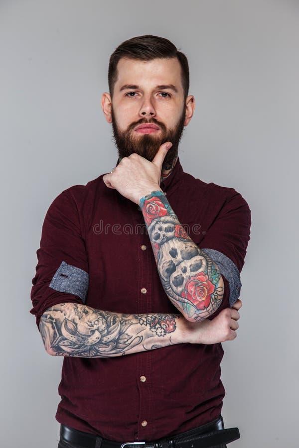 Varón con los tatuajes en su cuerpo foto de archivo libre de regalías