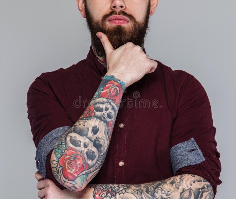 Varón con los tatuajes en su cuerpo fotografía de archivo libre de regalías