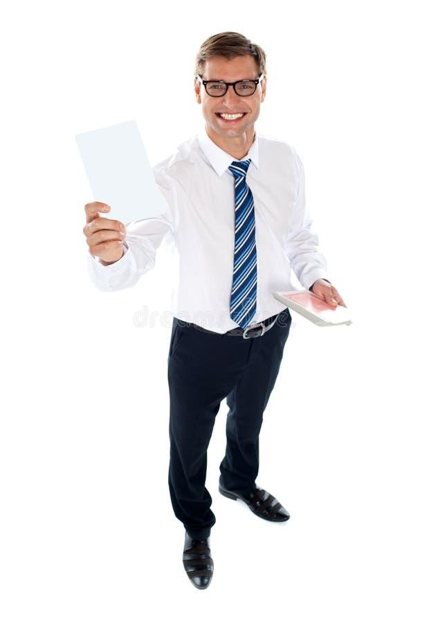 Varón corporativo que muestra la tarjeta que juega en blanco imagenes de archivo