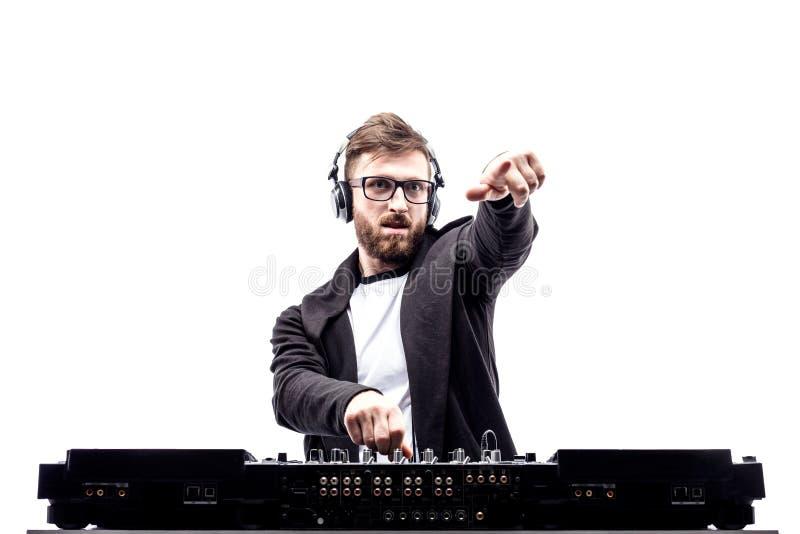 Varón de moda DJ que presenta contra la consola de mezcla fotografía de archivo libre de regalías