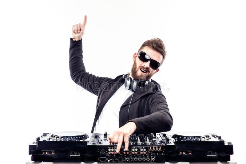 Varón de moda DJ que presenta contra la consola de mezcla fotos de archivo