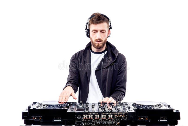 Varón de moda DJ que presenta contra la consola de mezcla fotos de archivo libres de regalías