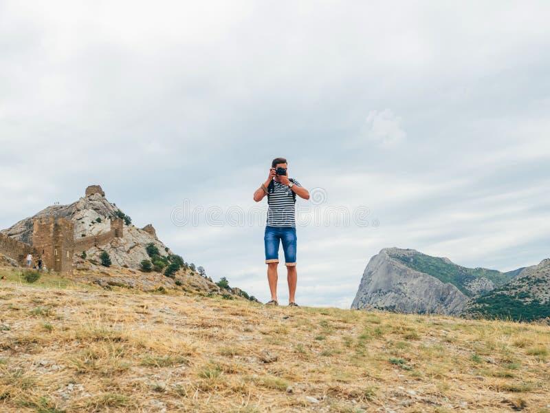 Varón del fotógrafo que fotografía el paisaje el día de la naturaleza fotos de archivo libres de regalías