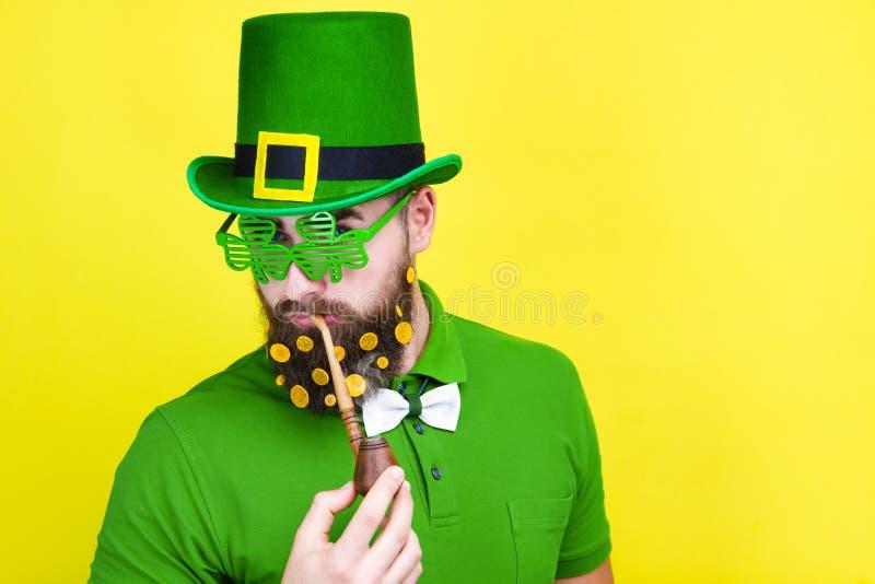 Varón del hombre en el traje verde del duende que celebra el día de St Patrick foto de archivo