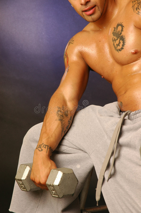 Varón del tatuaje con el peso imagen de archivo libre de regalías