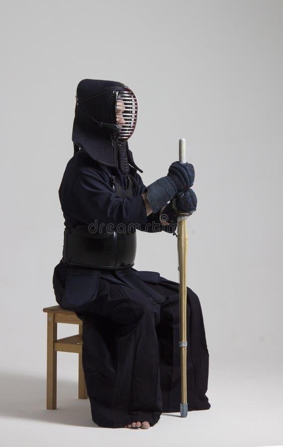 Varón en armadura del kendo de la tradición con la espada del bambú del shinai imágenes de archivo libres de regalías
