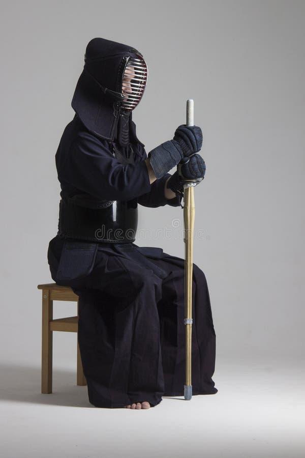 Varón en armadura del kendo de la tradición con la espada del bambú del shinai fotografía de archivo