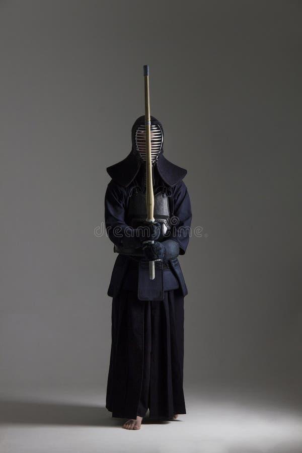 Varón en armadura del kendo de la tradición con shinai foto de archivo