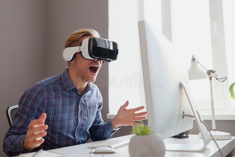 Varón en auriculares de VR foto de archivo