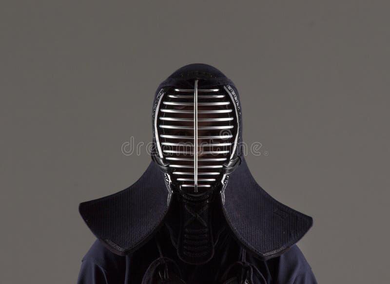 Varón en casco que lleva de la armadura del kendo de la tradición foto de archivo libre de regalías