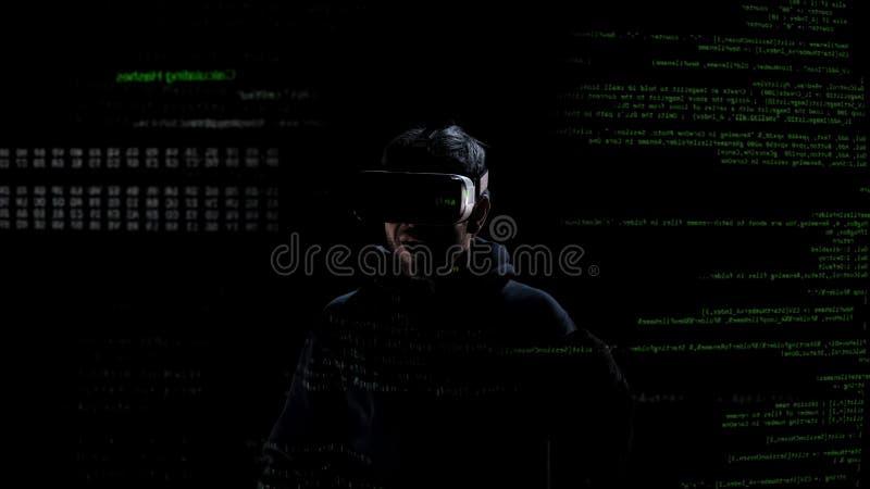 Varón en el negro emocionado por las auriculares de la realidad virtual, tecnología futura, innovaciones fotografía de archivo