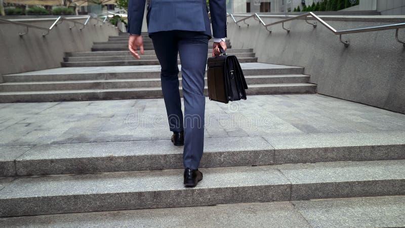 Varón en el traje que va al centro de negocios, político joven que participa en el encuentro fotografía de archivo