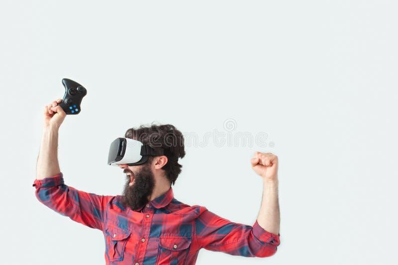 Varón en ganar de las auriculares de VR imagenes de archivo