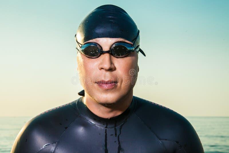 Varón en traje y gafas de natación foto de archivo libre de regalías