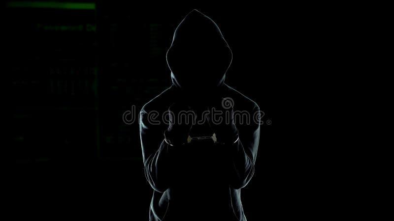 Varón esposado en la sudadera con capucha que muestra las manos, asesino en serie peligroso castigado por la ley imagen de archivo libre de regalías