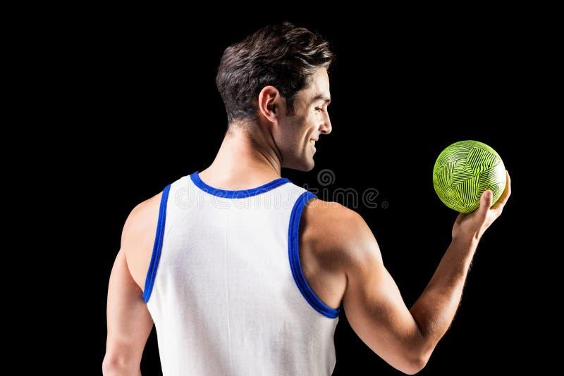 Varón feliz del atleta que sostiene una bola fotografía de archivo
