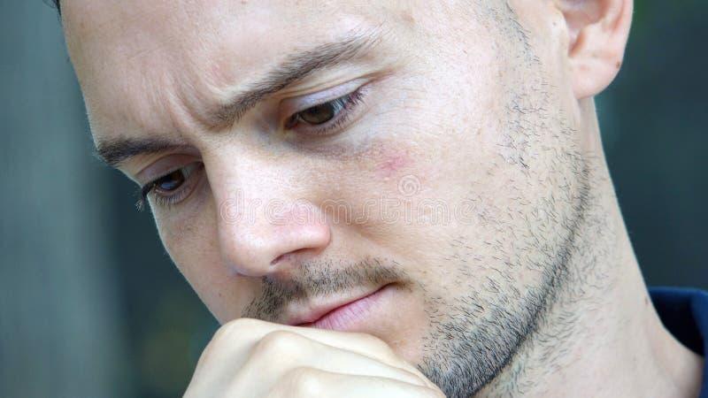Varón italiano sin afeitar que toma una decisión foto de archivo