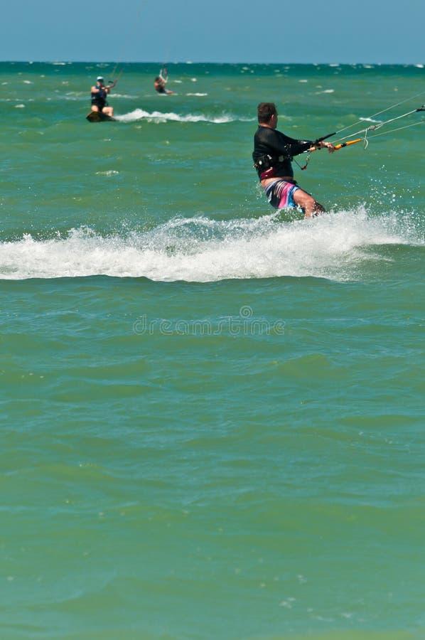 Varón joven kiteboarding las aguas tropicales del Golfo de México foto de archivo libre de regalías