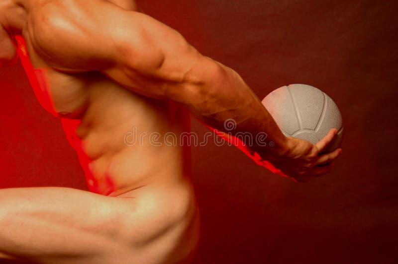 Varón Muscular Con La Bola De Los Deportes Fotos de archivo libres de regalías