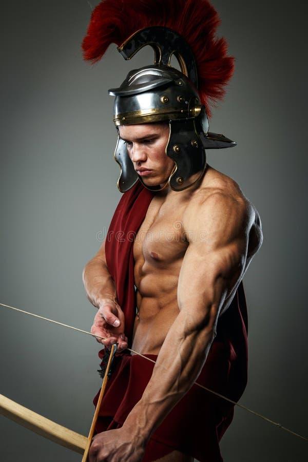Varón muscular en la armadura romana imagen de archivo