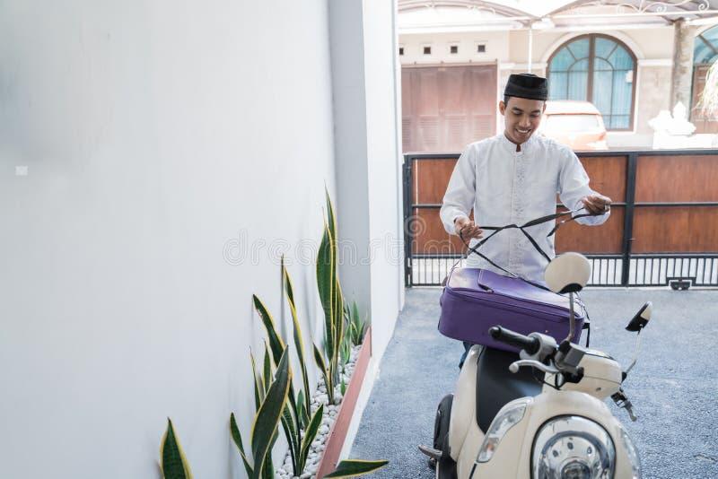 Varón musulmán que viaja para el lebaran de Mubarak del eid por el motorcyle fotos de archivo libres de regalías