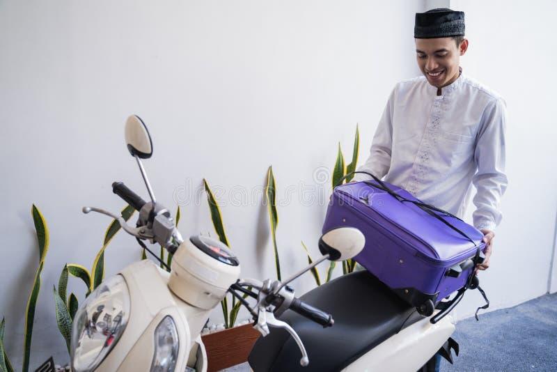 Varón musulmán que viaja para el lebaran de Mubarak del eid por el motorcyle fotos de archivo