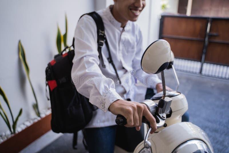 Varón musulmán que viaja para el lebaran de Mubarak del eid por el motorcyle imagen de archivo libre de regalías