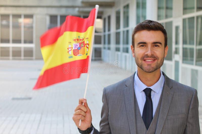Varón que agita orgulloso la bandera española fotos de archivo