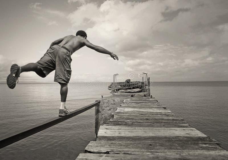 Varón que balancea en un pie fotos de archivo