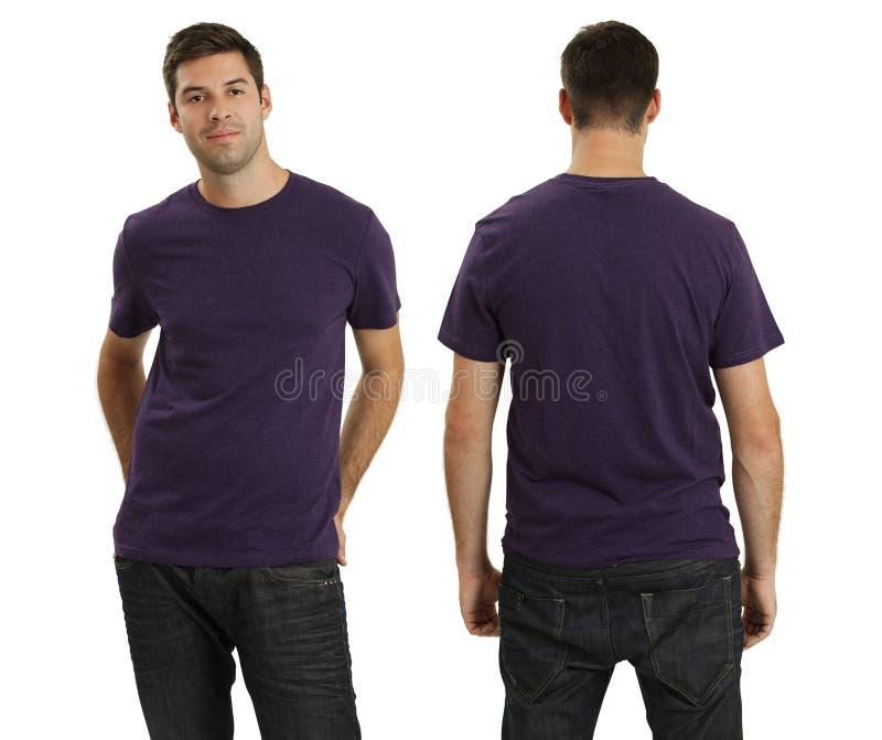 Varón que desgasta la camisa púrpura en blanco foto de archivo libre de regalías