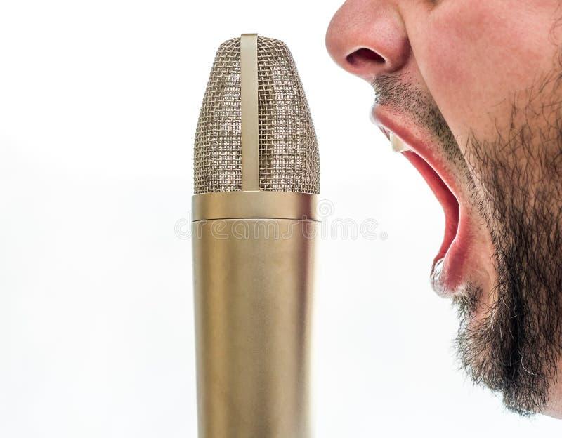 Varón que grita en un micrófono imagenes de archivo