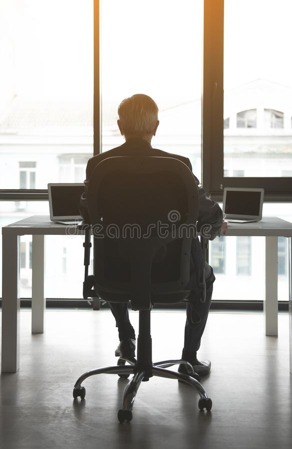 Varón que tiene trabajo en el escritorio imagen de archivo libre de regalías