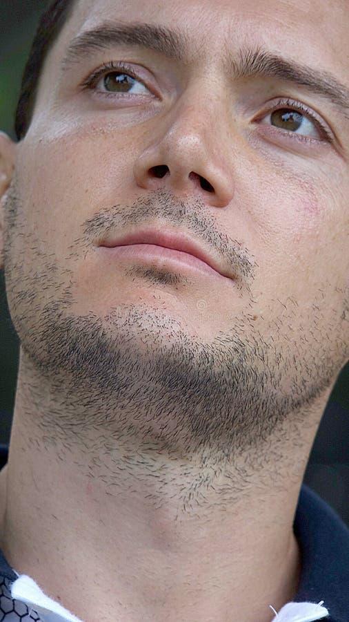 Varón sin afeitar que se pregunta fotos de archivo