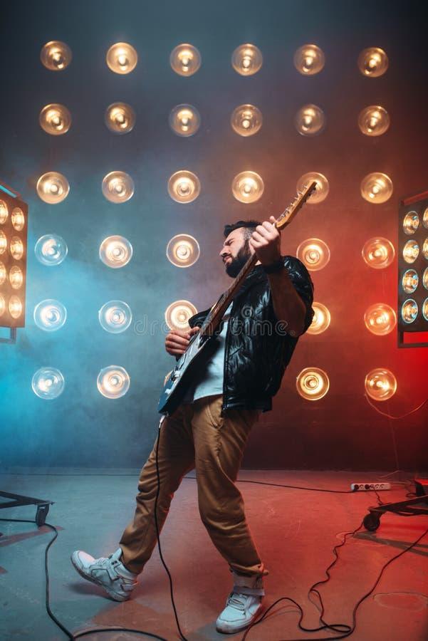 Varón a solas musican con la electro guitarra fotografía de archivo