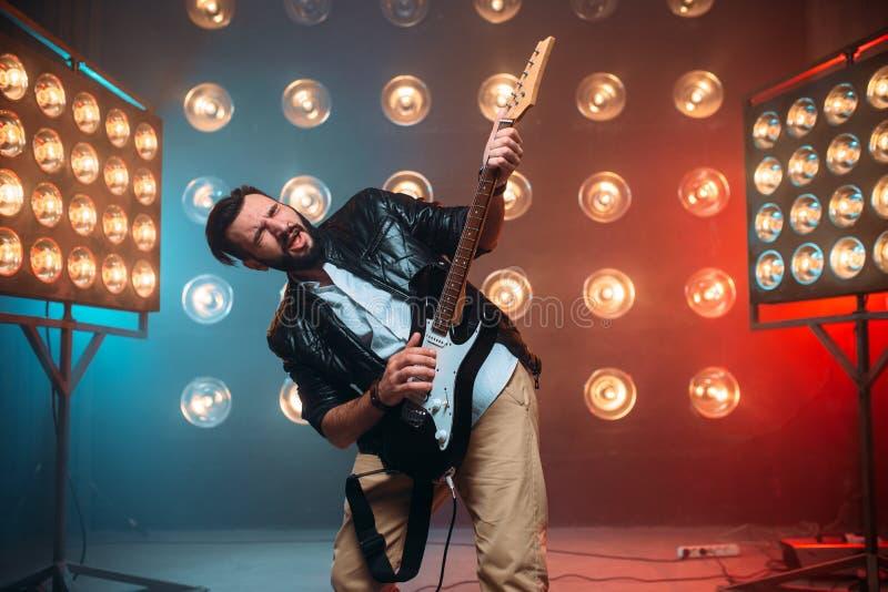 Varón a solas musican con la electro guitarra imagenes de archivo