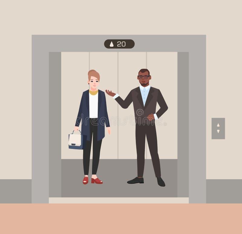 Varón sonriente y oficinistas o vendedores femeninos que se colocan en elevador con las puertas abiertas Colegas que tienen conve ilustración del vector