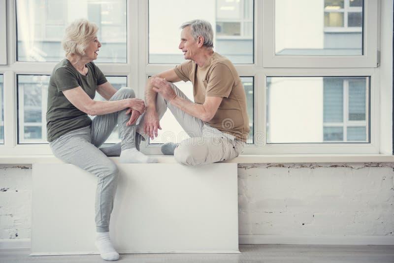 Varón y mujer que tienen conversación agradable imagenes de archivo