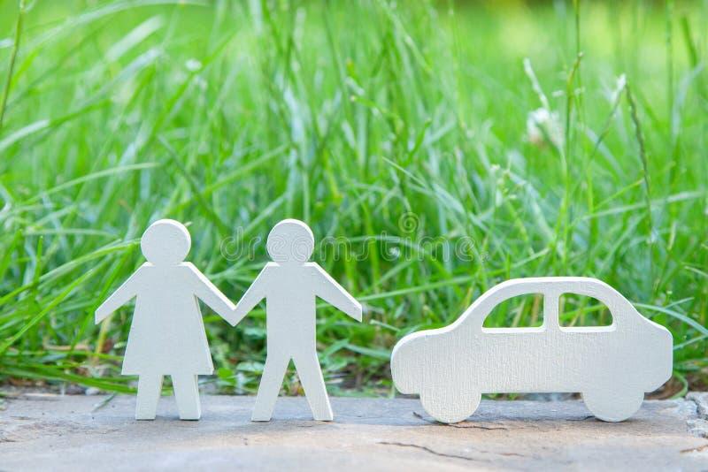 Var att gå för en ferie i natur förbi ett par med bilen? Man och kvinna nära bilen på en bakgrund av gräs royaltyfria foton
