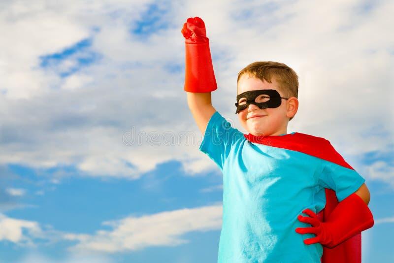 var barnet som simulerar superheroen till royaltyfria bilder
