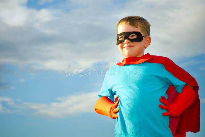 var barnet som simulerar superheroen till royaltyfri fotografi