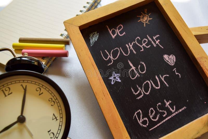 Var din färgrika handskriven för bästa vänuttryck på den svart tavlan, ringklockan med motivation och utbildningsbegrepp royaltyfria foton
