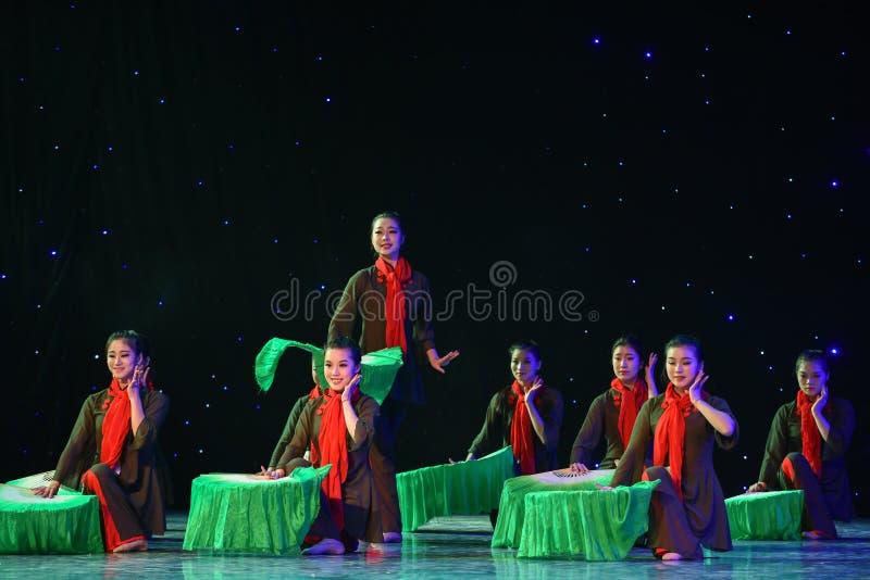 Var full av glädje-JinggangBerg-kines folkdans royaltyfria foton