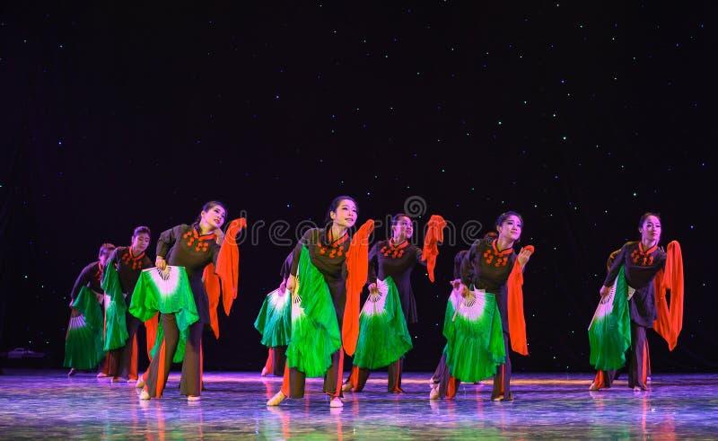 Var full av glädje-JinggangBerg-kines folkdans royaltyfri fotografi