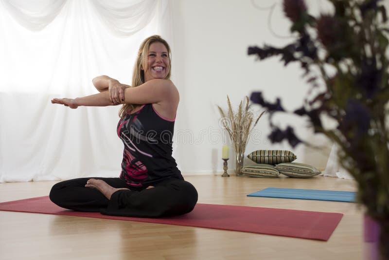 var kan rolig yoga royaltyfria foton