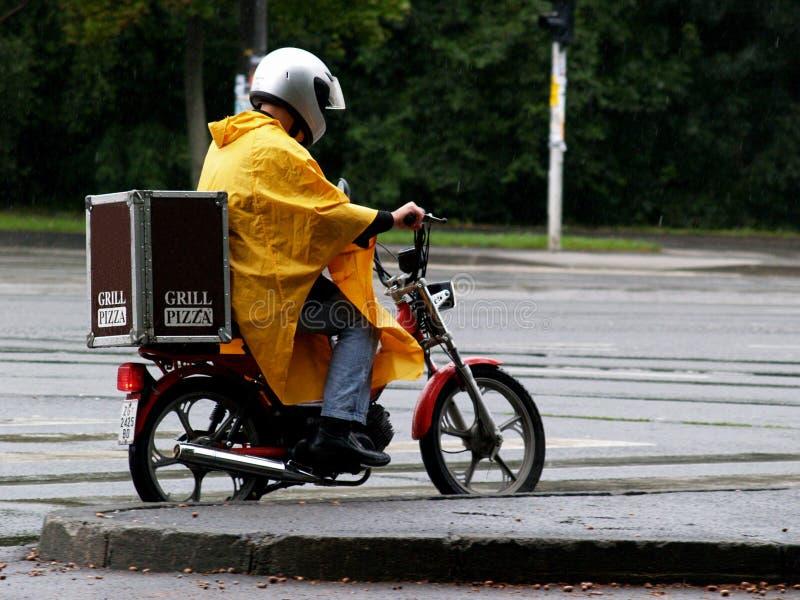 Download Var Kan Stoppat Regn För Leveransmannen Inte Arkivfoto - Bild av brådska, pizza: 243674